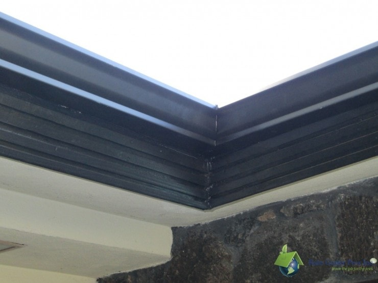 Black aluminum seamless gutter corner